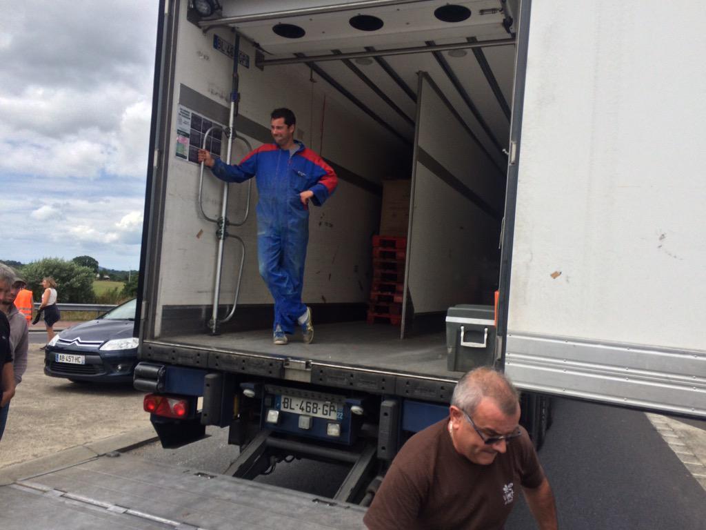 Saint-Lô, ds éleveurs vident 1 camion de viande irlandaise destinée à un fastfood célèbre...(1/2) http://t.co/UWS5ci38Kz