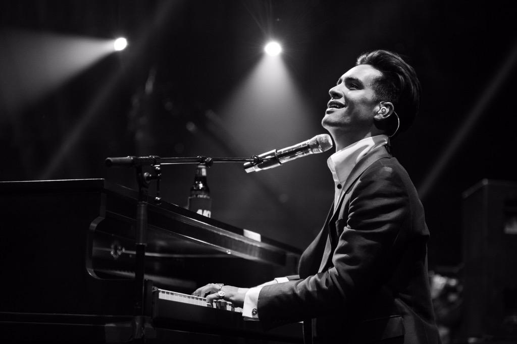 That Bohemian Rhapsody cover 😍 Shout out to @PanicAtTheDisco for a killer performance! #APMAs #LiveAtTheQ #AXSTV http://t.co/lWlnHjOnlZ