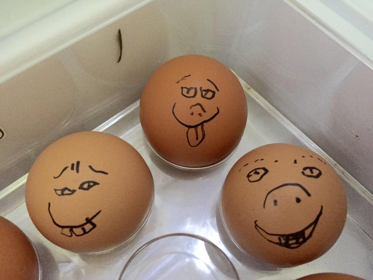 早めに使う古い卵には、こういう顔を描いておきます。 http://t.co/NqBCk0vgR3
