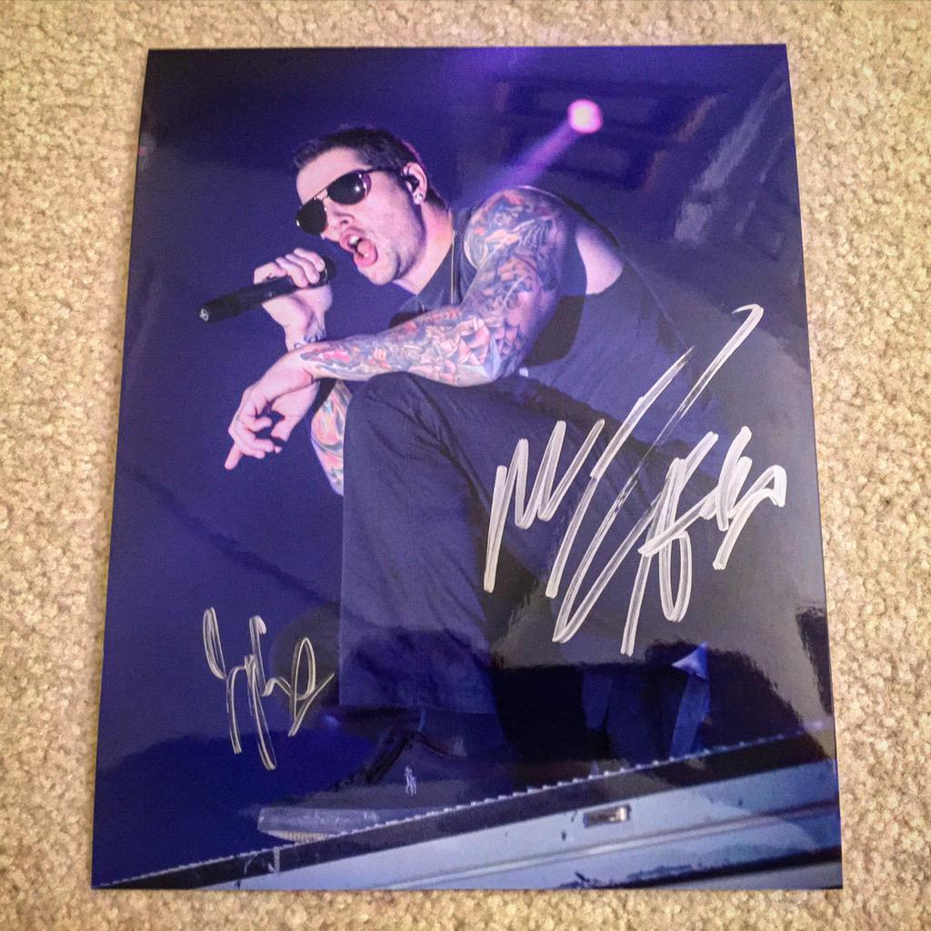 WIN! Signed 8x10 of #MShadows of #AvengedSevenfold. RT this & follow @LouBrutus to win! Winner chosen randomly. #A7X http://t.co/Vfpe6izV3M