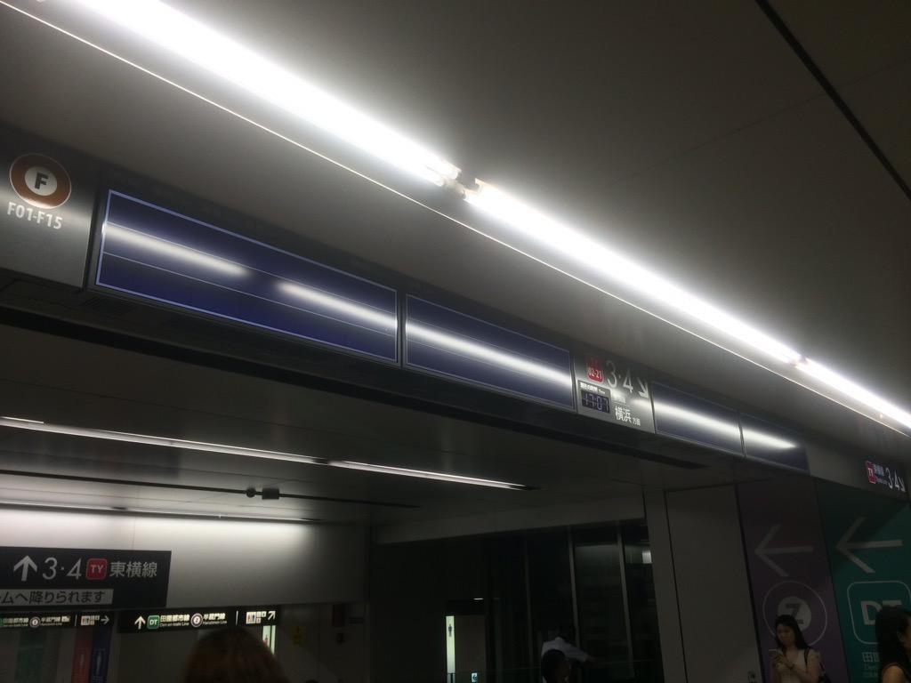東横線は落雷による車両故障、代官山〜渋谷での線路内人立ち入りで運転見合わせ。再開見込みなし。 なお渋谷駅はゲリラ豪雨のため水没中 http://t.co/Ki8eUsSE84