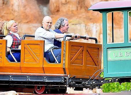 ビリーコーガンがディズニーランドのアトラクションに乗ってる所を激写された画像があまりにも衝撃的すぎた http://t.co/SHCZYJkOcR