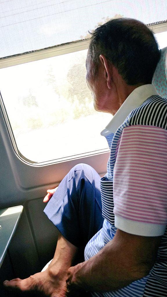 何十年か振りに、じいちゃんとばあちゃんも一緒に家族旅行。 電車内ですでにじいちゃんと乾杯。 (柑気楼使い始めて髪増えたらしい) http://t.co/UYwR9wHdBZ