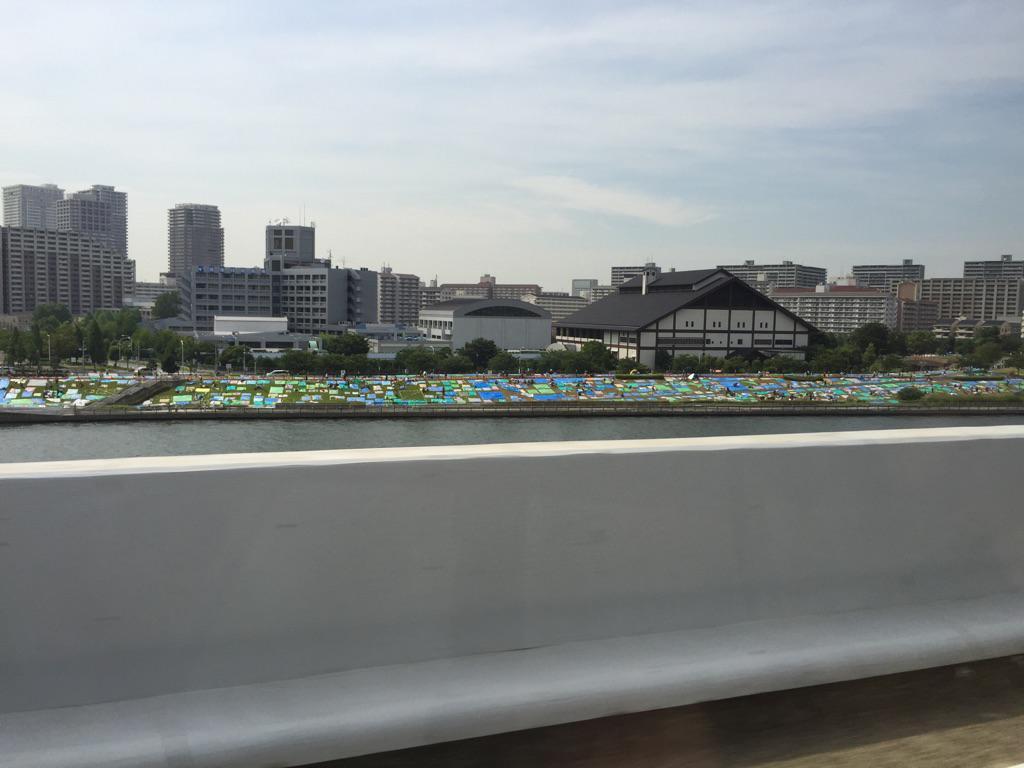 隅田川の花火大会の場所取りすげー。(首都高から http://t.co/rPWzOw6414