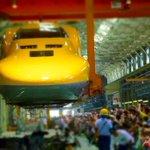 JR浜松工場【新幹線なるほど発見デー2015】ドクターイエローの車体上げ.載せ作業実演を見に…。多くの人が見守る中、クレーンに吊り上げて移動するDr.Y。暑かったけど貴重なシーンが良かったよ #JR浜松工場 #新幹線なるほど発見デー http://t.co/8yEgq063aS