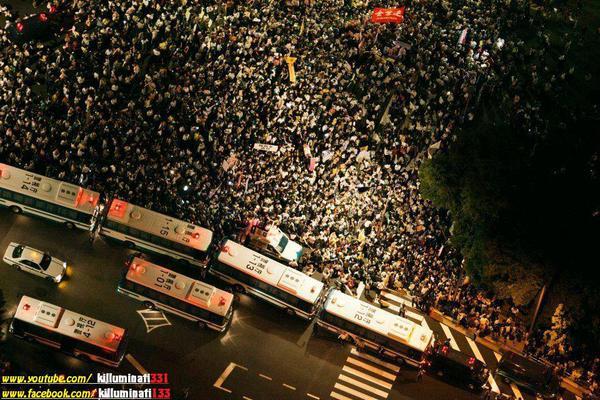 国会前デモ。警官が大量動員されている理由。官邸前のときに撮られたこの写真をもう一度撮られたくないから。歩道に人を押し込めて、集まった人の数を少なく見せたい。  http://t.co/t0lpkSu7RE m @kiriyama99 v @DanielPAldrich #9条