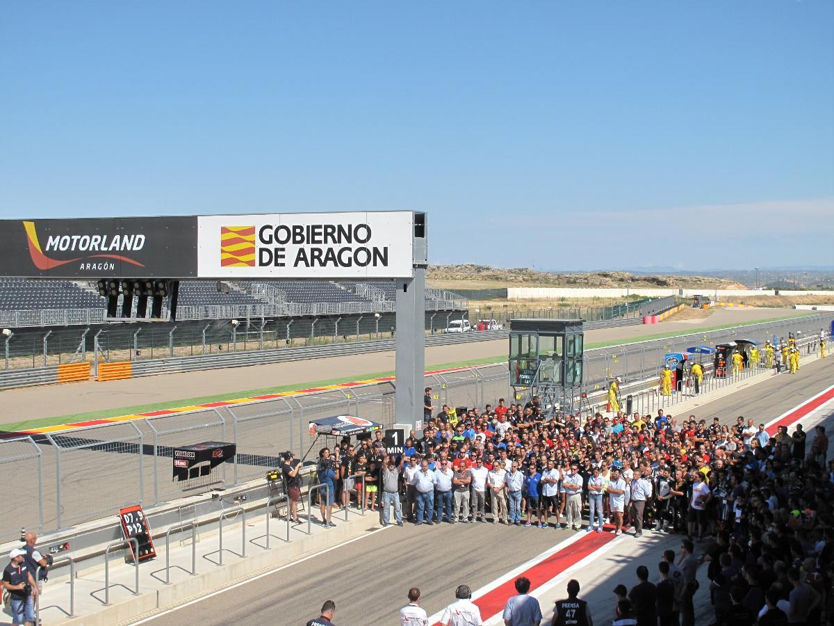 Emotivo minuto de silencio por Dani Rivas y Bernat Martínez antes de la 1ª carrera del Cto. de España en MotorLand http://t.co/ZJ91J2TEep