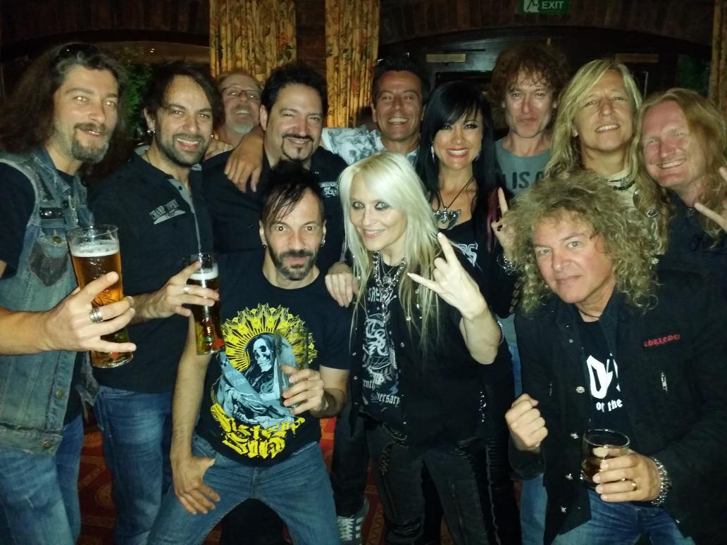 Y&T at the hotel bar with @DoroOfficial & Carl Sentance from Nazareth. http://t.co/XiiwwdTPp3