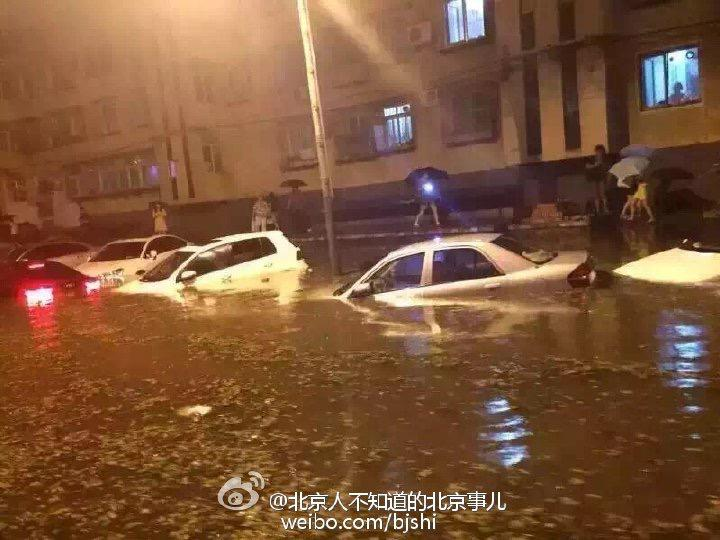 Some great pics of the flooding caused by the rain & hailstorm in Beijing last night http://t.co/bGjVOCubpv