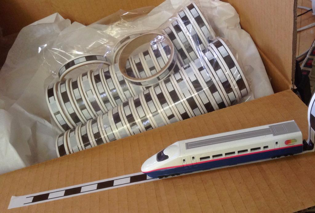 夏コミ新作グッズの線路テープが出来ましたー!!やばい、出来が良い!!十分に一般のマスキングテープの太さとテープの長さあります!粘着力もちょうど良くて、子供の模型遊びにもオススメです!鉄道ジャンルの方、是非スペースのレイアウトにどうぞ! http://t.co/NKBW2AQR76