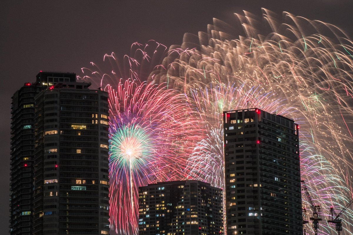東京湾大華火祭を佃大橋近くから撮影。目の前のビルが邪魔でしたが、逆に都心の花火の風情が感じられました。 http://t.co/ModOciAxLf