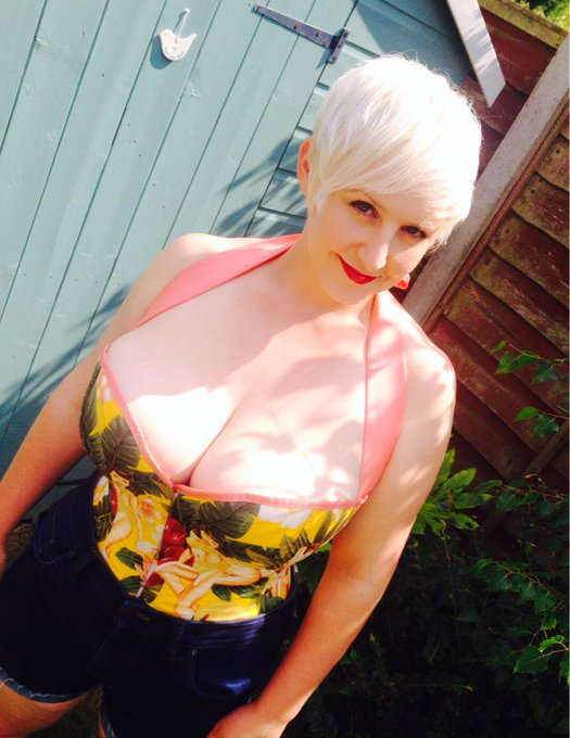 I'm just off down the greengrocers to buy 2 melons & a cucumber... #PinUp #Milf #BigTits #Cleavage #Boobs