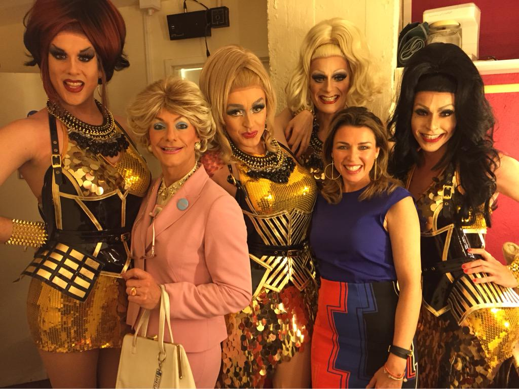 The @supfabulettes with the gorgeous  @DanniiMinogue at tonight's spectacular show! So proud of you girls tonight! http://t.co/XPBsgYfFQY