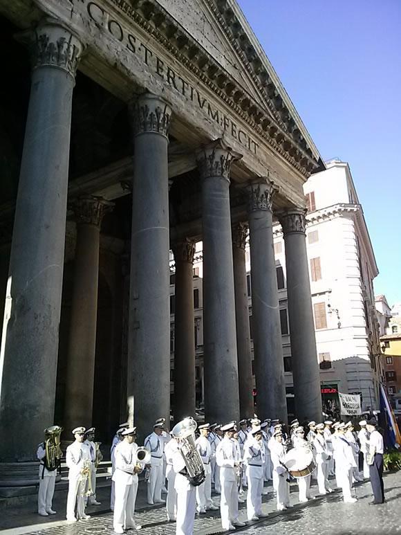 イタリアでも、広島・長崎原爆忌の式典を毎年ローマの万神殿の前でやってくれている(写真は去年の)。ただ日本で知名度がないので、この時期大量にローマに来ているはずの日本の観光客が全く参加してくれない事を残念がっていた。誰でも参列できます! http://t.co/5sfoCfdESL