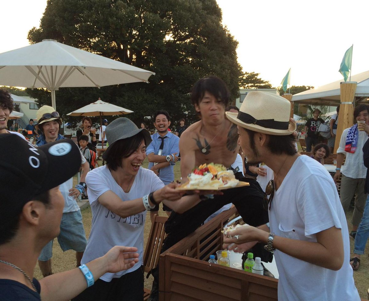 ACIDMAN大木くん誕生日おめでとう☆ そしてホリエくんが持ってるケーキを大木くんの顔にぶつけようと企む細美くん(笑)  #RIJ2015 http://t.co/D9d7a1Gwpn