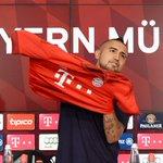 #EmolFotos Vidal fue presentado en el Bayern y recibió su nueva camiseta http://t.co/MbILyoqqLp http://t.co/9tojuyPufl