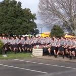 """Estudiantes neozelandeses despiden a profesor fallecido con emotivo """"Haka"""". VIDEO » http://t.co/9Gnr0b0qPL http://t.co/CYy0mWssov"""