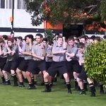 """Emotivo """"Haka"""" de estudiantes neozelandeses en el funeral de su profesor. Vía @LaTerceraTV http://t.co/DYdAKF1KN3 http://t.co/mmAWoOlJrh"""