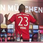 """¿Cuántos ya la quieren comprar? Así luce Arturo Vidal con su """"23"""" en el @FCBayern » http://t.co/MFtoBYdHYz http://t.co/nap0U5IBxk"""