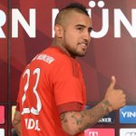 Fotos: Arturo Vidal luciendo su nueva camiseta. La N°23 del Bayern Munich http://t.co/f31XyCa5ix http://t.co/yoYyQ4GUu3