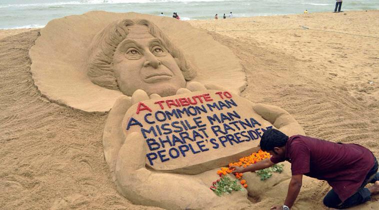 Sand artist Sudershan pays tribute to Dr. APJ Abdul Kalam @FarahKhanAli @BeingSalmanKhan @asadowaisi @jaavedjaaferi http://t.co/rTGsZPrkfP