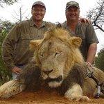 Zimbabwean police seek Minn. hunter who shot #CecilTheLion http://t.co/nnMevQDC1y http://t.co/lcQtN6OXrP