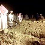 """جموع غفيرة تُشيّعْ جثمان """"الشيخ علي جباري"""" الذي تبرع بأرضه لتكون مقبرة، فكان أول من دُفنَ فيها./ الأكثر مشاهدة http://t.co/bthZ7U8EOq"""