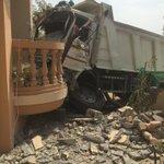 سائق شاحنة يفقد السيطرة على مقودها بسبب قلة النوم والراحة .. مما أدى إلى اصطدامها بإحدى المنازل في #رأس_الخيمة http://t.co/VzUIP5NlmM