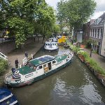 Centimeterwerk op de Utrechtse grachten voor toeristen met boten. Meer fotos: http://t.co/7RqeQ8EleK #Utrecht http://t.co/yBdg5OtFQL