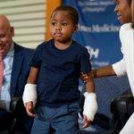 Niño de 8 años se convierte en el más joven en recibir un trasplante de manos http://t.co/26zNDnfKH7 http://t.co/QdN2mn411D