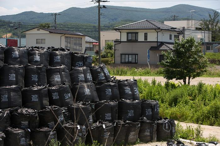 Radioactive bags w/3yr lifespan piled adjacent to homes = TEPCO's decommissioning of Fukushima http://t.co/87PM9KIViy