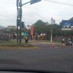 #TráficoSV persiste cerrado el paso vehícular en Av. La Revolución frente a CIFCO. Gracias a @SialDebateSV http://t.co/MMH0cbZdbD