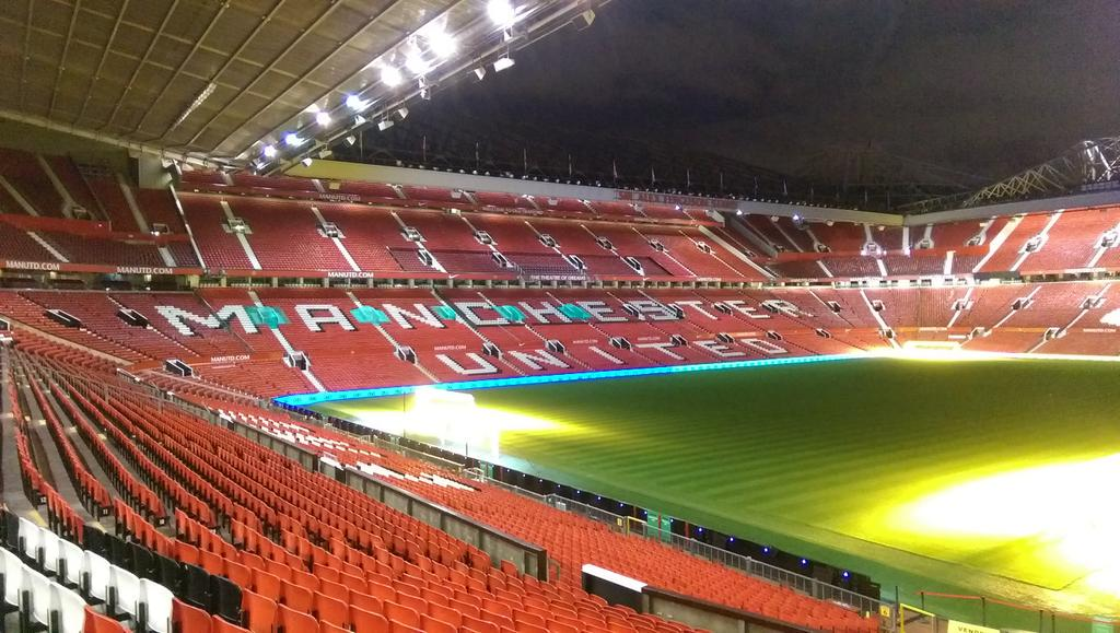 Love this place at night, so quiet & peaceful. Shift just started at MUTV towers. #oldtrafford #mufc http://t.co/AuL25QVKab