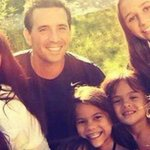 Mujer adoptó a las cuatro hijas de su amiga que murió de cáncer→ http://t.co/D2e8rvIu6o http://t.co/uuJOksqXZo