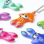 あのイカのマスコットがカプセル玩具「ガチャ」としてタカラトミーアーツさんから発売中との情報を得た。 ボールチェーンでカバンからぶら下げたり、いろんなところにつけることができるようだ。 価格は1回200円、全6色あるとのことだ。 http://t.co/LqOfxa1nsB