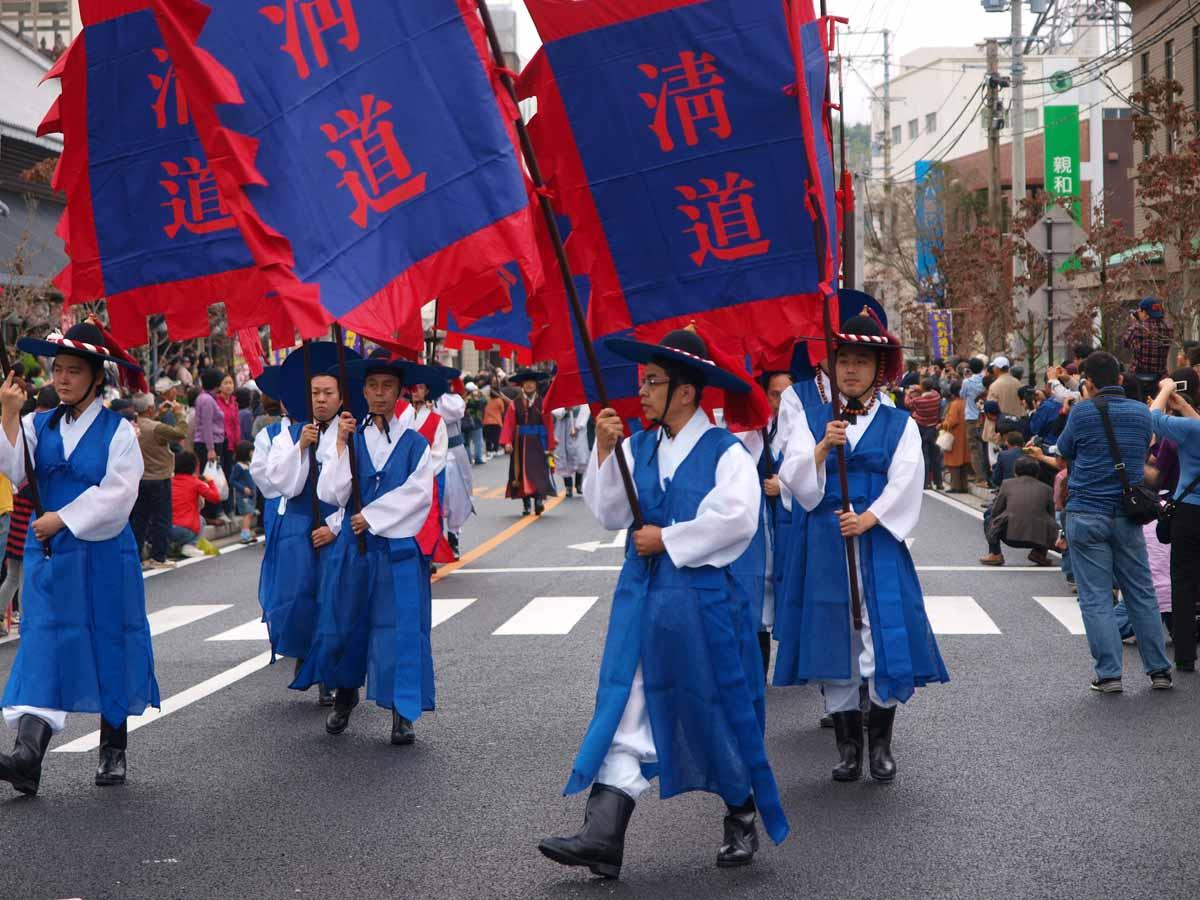 大変恐ろしい事だが、東京オリンピックの開会式セレモニーの中の「日本の歴史を紹介する」所で、「日本の文化は朝鮮の影響を強く受け・・・」と紹介され、必ずや朝鮮通信使の長い行列が登場する!東京オリンピックを貶めて乗っ取ろうとする連中がいる。 http://t.co/3cx8I2a6Ei