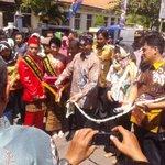 #LiveTwet sesi potong pita oleh mendiknas @aniesbaswedan di Pekalongan Batik week 2015 #PBW2015 http://t.co/p8SeWInM5Y