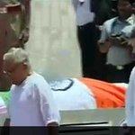 Congress Vice President Rahul Gandhi pays last respects to President Kalam at Rameswaram http://t.co/7u32H2zOAx