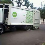 Y el recolector de basuras @arnaldosamanieg Donde está? En un bache. ...donde por ejemplo hay #baches ? #Samaniegando http://t.co/wHgexV7MkM
