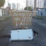 Deposite seu IPTU aqui, diz placa em protesto contra buraco de rua http://t.co/5mZQ30IQZm #G1 http://t.co/L1UlvleSPb