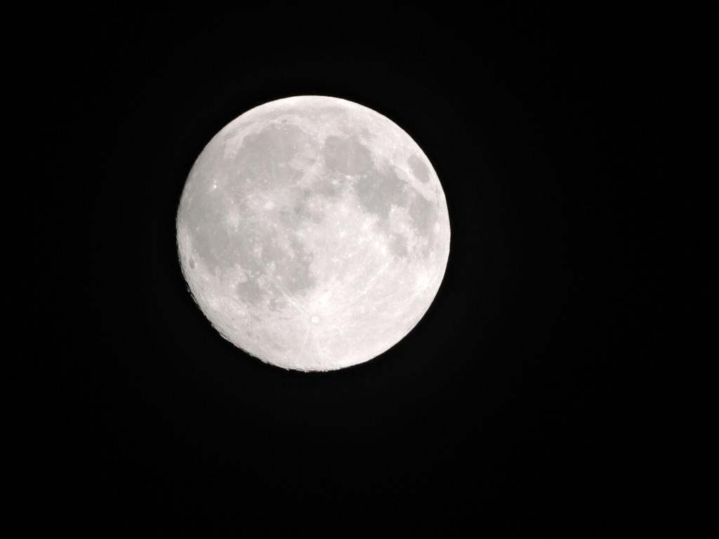 満月に近い今夜の月。薄曇りの中で輝いていた。 http://t.co/ot16uiwlQQ