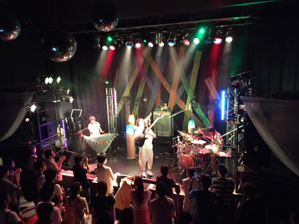 昨日はmoleでプリメケロンの初ワンマンライブ「きみの音描く祭」の装飾が無事、ほんとに無事に終わりました。 描くをテーマに、ステージ上はクレヨンに見立てた照明と、落書きのような背景で、彩りを添えましたよ。 http://t.co/KIkZlBE52R