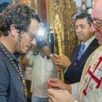 Mola ver que al alcalde de Cádiz le ha puesto la medalla olímpica un señor disfrazado y otro con bastón de Gandalf. http://t.co/9eExvoEY9h