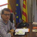 El alcalde de LAlcora (@compromis) esconde la bandera de España para que parezca una cortina. Alucinante. http://t.co/2fZP5L1E7K