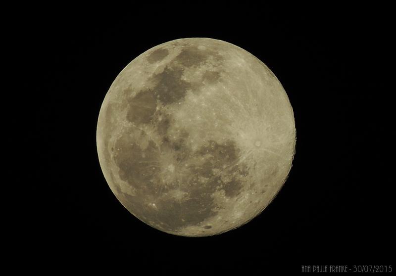 Brindando a lua, brindando a vida! Saiam na janela e olhem para o céu! <3 http://t.co/qdWtiFl1VJ