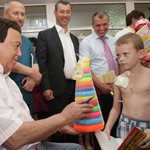 8-летний мальчик из отделения онкогематологии в больнице Симферополя очень рад пластмассовой пирамидке #спасибоКобзон http://t.co/A9lUVO9zuX