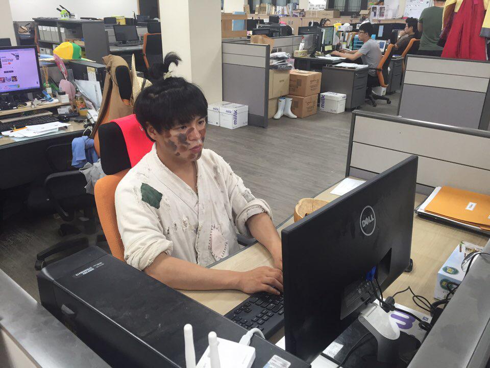 이제는 직원이 된 민속촌 거지의  사무실 근무모습...  저러다 구걸하러감...  #진지해서_더웃김 #책상위에_바가지보소 http://t.co/1BJDFKSApZ