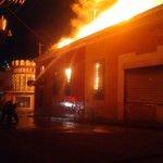 Imágenes impactantes en incendio de -Centro Histórico- de #Xela @ErickColop http://t.co/dCA5bt5jEr