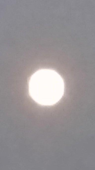 月がきれいに撮れたらいいのに…笑 実際はオレンジでキレイだよ! お願い事しといた笑笑 http://t.co/efHEsGL47Z
