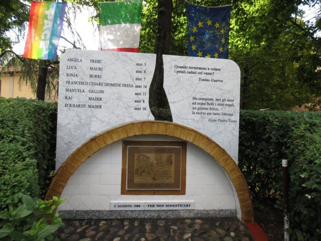 """""""Quando torneranno a volare i petali caduti dal vento?""""  monumento alle giovani vittime del #2agosto a #Bologna. http://t.co/OXUQBeNZSp"""